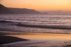 朝焼けに染まる砂浜