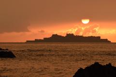 軍艦島と夕陽 ひととき