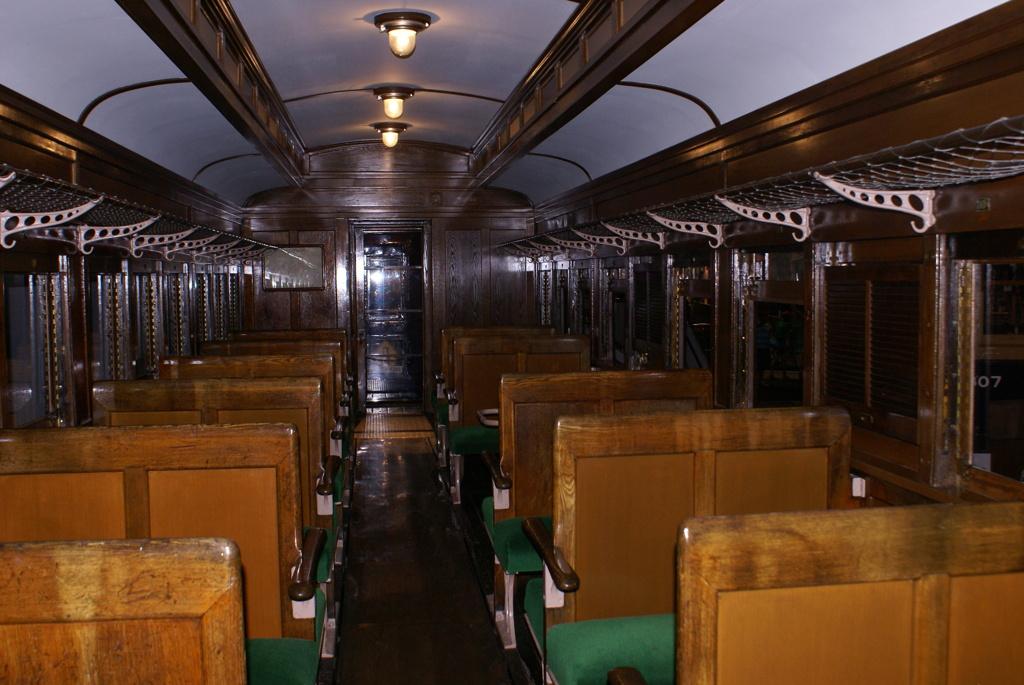 昔の列車の内部