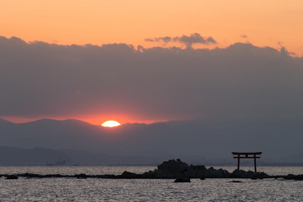 雲の切れ間から少しだけ見えた夕日