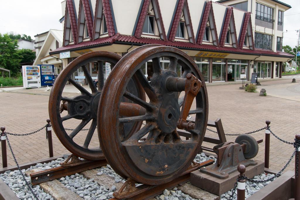 野辺山駅前の車輪