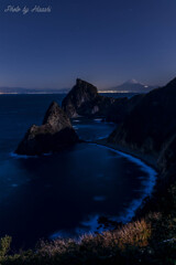 月灯り煌めく丘に立ち