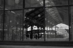 窓越しの駅