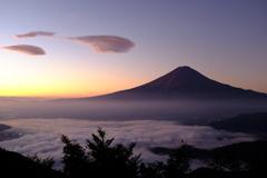 雲海とつるし雲、夜明け。