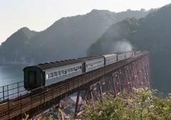 余部の赤い鉄橋と旧型客車。