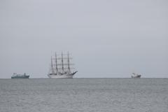 帆船と貨物船。