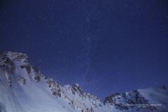 銀嶺に輝く星空