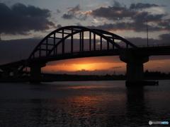 薄暮のサザンゲートブリッジ