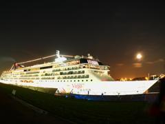 豪華客船と月
