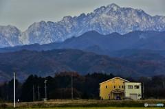 大山脈の黄色な家