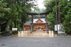 雨の穂高神社