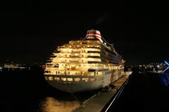 闇夜に浮かぶ船