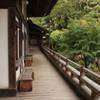 長い廊下と禅庭