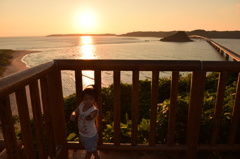 高台から夕焼けの角島大橋
