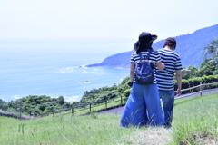 海の見える草原を行く