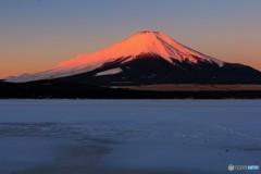 凍てつく湖畔の向こうで、紅に染まる。