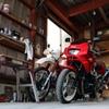 ガレージに佇むバイク