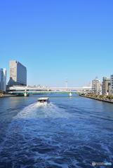 隅田川を遡上する遊覧船