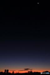 有明の月が残る夜明け