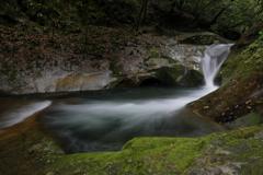 龍が静まる滝