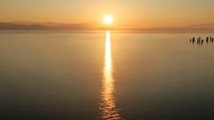 神の住む島から昇る朝日