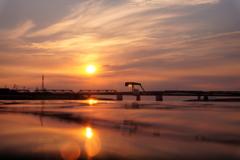 夕暮れの赤橋