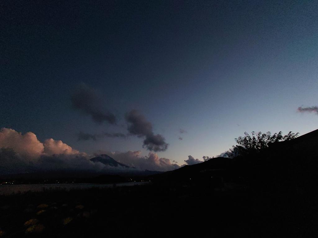 日が暮れていく中の富士山
