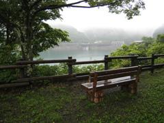 ダムの見えるベンチ