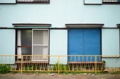 青色のトビラ、黄色のフェンス