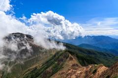 雲間に見える茶臼岳