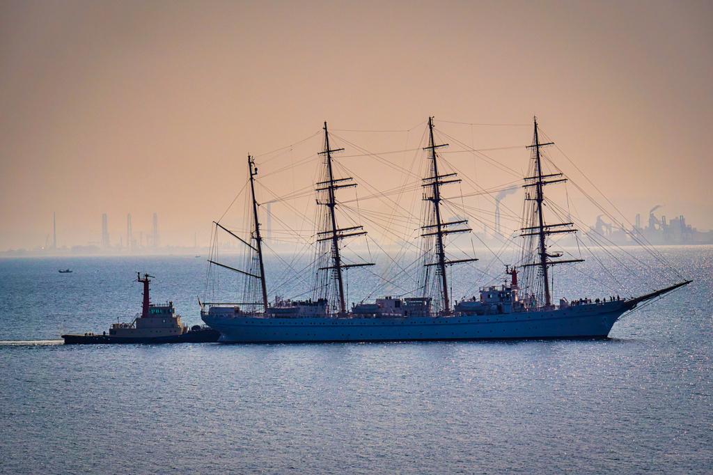 帆船とタグボート