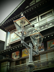 温泉街のガス灯