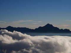 雲に浮かぶ剱岳