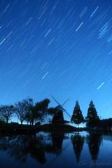 夜空を見上げる風車