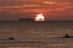 ダルマ朝日とタンカー