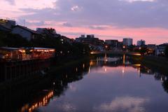 鴨川を模したような夕暮れ