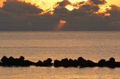 雲間から溢れる朝の光