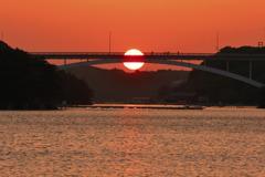大橋に沈む落陽を眺めて