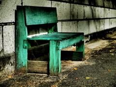 朽ちたベンチ
