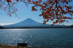 湖畔の紅葉・1