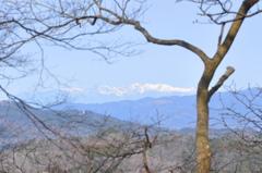 遠く雪山に冬を見る