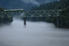 静かに川霧