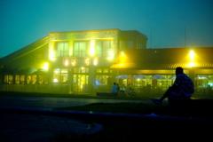 夜霧の海岸レストラン