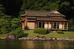 池のほとりの茶屋