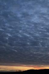 雲間から月