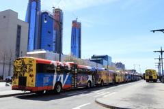 観光バスが並ぶ