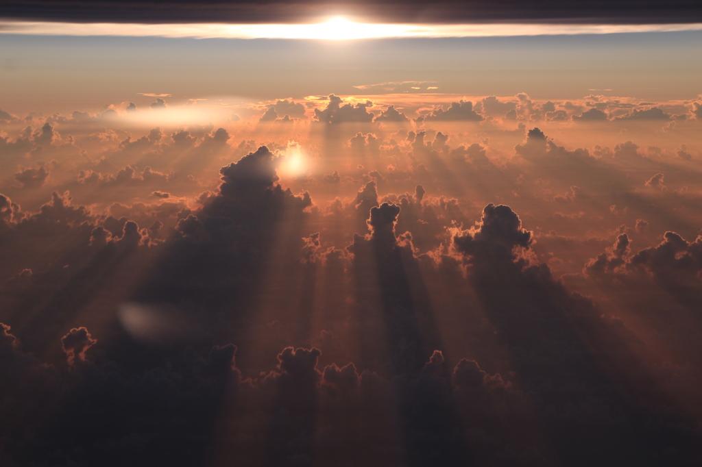 雲間の夕景