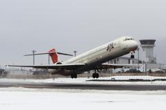 JAL MD-90 雪の出雲を飛び立つ