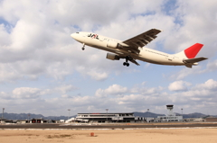 JAL A300-600R 出雲空港を飛びつ立つ