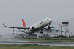 JAL B737-800 水しぶきを上げて出雲を飛び立つ